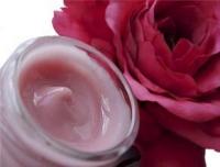 """«Розовый» крем для увядающей кожи (с эффектом подтяжки) При постоянном применении делает морщинки менее заметными, а контур лица более подтянутым. Очень приятная, нежная и при этом стабильная текстура крема выделяет его на фоне других. Возможно, именно эта текстура станет одной из Ваших любимых. В тёплое время года можно применять облегченную версию """"розового""""крема.Или же сочетать обе версии в качестве дневного и ночного кремов. Состав:Маковое масло (нераф.),Ореха лесного масло (нераф.),Пшеничных зародышей масло (нераф.),Ши масло, карите,Пчелиный воск,Эмульгатор Montanov 68,Примулы вечерней масло,Розовая вода (ОРГАНИК),Экстракт чёрной смородины в растительном глицерине,Ксантановая камедь,Черники экстракт,Сандаловое масло,Розы масло (Болгария)"""