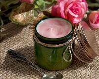Розовый крем (облегчённая версия). Популярный рецепт антивозрастного «розового крема» в облегчённом варианте! Тающая текстура, которая нежно обволакивает вашу кожу и разглаживает морщинки. Масло риса, входящее в состав крема, обладает успокаивающим и регенерирующим действием. А масло конопли – восстанавливает эластичность кожи, увлажняет, устраняет воспаления и разглаживает кожу. Крем легко впитывается, не оставляет жирного блеска. Вы можете использовать этот крем в тёплое время года. Или сочетать с обычной версией «розового крема»: лёгкий крем использовать в качестве дневного, а обычную версию – в качестве ночного ухода. Состав:Пчелиный воск,Эмульгатор Montanov 68,Конопляное масло (нераф.),масло баттер,масло риса,Эмульгатор Montanov L,циклометикон,розовая вода(органик),Экстракт чёрной смородины в растительном глицерине,малины ягод экстракт,ксантовая камедь,сандаловое масло,масло розы(Болгария),Консервант Sharomix 708