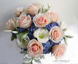 Нежно розовые розы с цветами и бутонами эустомы в облаке голубой гортензии.   Композиция закреплена в круглой вазе.   Высота композиции 32 см, диаметр 32 см   Чистка сухой кистью.