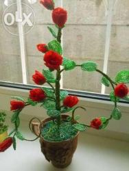 Очаровательные розы с матового красного бисера будут прекрасным подарком на любой праздник. Сделанные вручную,они украсят любой интерьер и буду радовать глаза! Высота изделия - 34 см. 11 -бутонов на 3 веточках. Подставка - декоративная чашка.
