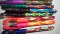 Ручка плетенная нитками в виде сувенира, может стать прекрасным подарком, удобна для письма, почерк не искажается и не изменяется. Паста меняется без затруднений.