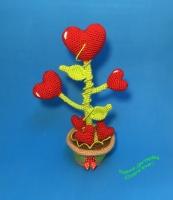 Вязаный сувенир – сердечный цветочек. Размер -25 см. Материалы – проволочный каркас, акриловая пряжа, наполнитель – холлофайбер.