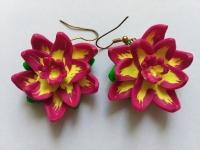 Сережки ручної роботи з полімерної глини у вигляді яскравих фантазійних квітів. Діаметр квітки складає 35 мм