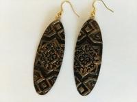 Сережки ручної роботи з полімерної глини у східному стилі. Красивий орнамент виділений бронзовою фарбою, що надає сережкам вид старовинної речі. Довжина сережок складає 60 мм