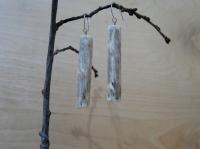 Матеріали: натуральне дерево, акрилові фарби, акриловий лак(2 шари), швензи - медична сталь. Водостійкість - середня(дощу не бояться, але прати/замочувати не рекомендується). Характеристика: легкі та комфортні. Колір - дерев