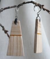 Матеріали: натуральне дерево(ясен), акрилові фарби, акриловий лак(2 шари), швензи - медична сталь. Водостійкість - середня(дощу не бояться, але прати/замочувати не рекомендується). Характеристика: легкі та комфортні. Колір - світлий. Особливості: двоскладні, різнонаправлена фактура дерева. Розміри: довжина - 5,2 см. ширина - 2,5 см. товщина - 0,4 см. Повернення - згідно з чинним законодавством України. Готовий виріб - при замовленні до 15.00 відправлення у той же день.