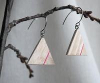 Матеріали: натуральне дерево(ясен), акрилові фарби, акриловий лак(2 шари), швензи - медична сталь. Водостійкість - середня(дощу не бояться, але прати/замочувати не рекомендується). Характеристика: легкі та комфортні. Колір - світлий. Особливості: двоскладні, різнонаправлена фактура дерева. Розміри: сторона - 2,7 см. товщина - 0,4 см. Повернення - згідно з чинним законодавством України. Готовий виріб - при замовленні до 15.00 відправлення у той же день.