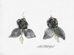 Серьги  из черных розочек и серебристых листиков украшены жемчужными бусинами