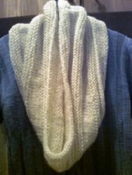 Шарф-петля, шарф-снуд – неизменный и стильный аксессуар этого сезона. Снуд связан из мягкой белой полушерстяной пряжи с добавлением ангоры. Такой шарф согреет в холодную пору, его можно накинуть на голову как капюшон. Удобно носить с куртками, пальто, шубкой. Снуд демократичен и одновременно элегантен. Это прекрасный аксессуар для Вас и замечательный подарок.