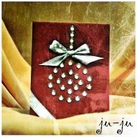 Очень красивая открытка из дизайнерского картона благородного темно-красного цвета. Шарик из сияющих страз украшен атласной лентой. Больше открыток тут: https://vk.com/otkryitki_juju https://www.facebook.com/jujumagiccards Открытки Ju-Ju приносят счастье!