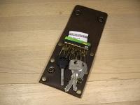 """Невелика стильна ключниця для коротких ключів. Є кишеня для кредитних карток або готівки. Зручний розмір. Оригінальний дизайн. Якісна шкіра. Чудовий сувенір. Це все ключниця Дощ""""BeCool""""#bck1  ----- Застібка - 2 кнопки 6 карабінів для ключей Відділення для карток вміщує до 6 кредиток або кредитки і готівка Компактний розмір Виключно ручна робота Якісна шкіра """"Crazy Horse""""  ----- Розмір 8 см * 10 см  ----- Колір: коричневий Можливі кольори: коричневий, оливковий, коньячний"""