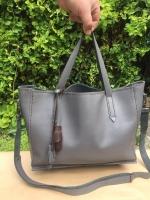 Сумка - улюблений жіночий аксесуар, це візитна картка своєї господині. Проста на вигляд, сумка для елегантних жінок виглядає дорого і статусно, завдяки якості матеріалу і ручної роботи. 100% натуральна шкіра. Ручна робота. Всі відсіки сумки прошиті. Модель дуже зручна, прекрасно тримає форму. Можливі в різних кольорах (шоколад, коньяк, темно-синій, марсала (бордовий), смарагд (зелений), сірий. Термін виконання замовлення 5-6 днів.   Важливо! Після замовлення завжди більш детально уточнюйте комплектацію і технічні характеристики обраної моделі.