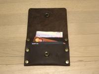 """Невеликий зручний шкіряний гаманець, в якому можна розмістити кредитки та деяку кількість готівки. Його легко можна покласти до кишені джинсів. Високоякісна шкіра """"Crazy Horse"""" гарантує багато років користування. Але найголовніше - він неймовірно крутий!  ----- В гаманці можна розмістити до 6 кредиток + готівку Вміщується у кишеню джинсів Повністю ручна робота Якісна шкіра """"Crazy Horse""""  ----- КОЛІР Коричневий (можливі кольори: коричневий, оливковий, коньячний)  ----- РОЗМІР 8,7 см х 11,5 см"""