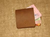 """Компактний, стильний, літній, крутий гаманець. Шкіряний гаманець для тих, хто любить мінімалізм і комфорт. Гаманець має відділення для купюр і банківських карт. Він легко поміщається в кишені джинсів або шорт. Гаманець виготовлений з високоякісної шкіри """"Крейзі Хорс"""".  Розмір: 9 см x 10 см.  Колір: коньячний"""