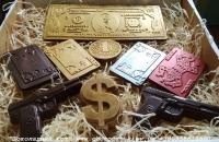 Набор деньги, карты, два ствола  Не всегда мы знаем, что подарить мужчине. Многим кажется, что шоколад дарят больше женщинам. А ведь мужчины – сладкоежки ещё те. Они тоже очень любят шоколад. Именно поэтому, чтобы вы порадовали своих мужчин любимым лакомством и подарок выглядел по-мужски, мы создали этот замечательный  набор.  Есть несколько вариантов набора, также, его можно расширить, добавив ещё и другие шоколадные фигурки. Это может быть «Коньяк ХО», «Мобильный телефон», какую-нибудь фразу из шоколадных букв или фигурку на новогоднюю тематику, а может быть сердечки или то, что любит тот, кому вы готовите этот набор.  Если он любитель котиков – у нас также есть с чего выбрать. Все в ваших руках.  Шоколад: черный, молочный, белый, желтый, розовый, голубой, оливковый, оранжевый (или их сочетание).  Варианты наполнителей для шоколада:  Апельсиновые цукаты, Аромат грейпфрута, Аромат мяты, Без наполнителя, Ваш вариант сочетания (напишите в комментариях), Вяленая вишня, Вяленая клюква, Грецкий орех (в комментариях укажите цельный или дробленый), Лесной орех (в комментариях укажите цельный или дробленый), Желейные конфеты, Изюм, Какао, Кокосовая стружка, Курага, Миндаль (в комментариях укажите цельный или дробленый), Миндальные хлопья, Молотый черный перец, Кайенский перец, Порошок имбиря, Семечки подсолнуха, Семечки тыквы, Соль, Стреляющая карамель, Чернослив, Ягоды годжи, печенье орео, шоколадное драже M&M's, карамель дюшес, карамель барбарис.  Цена указана за набор: Шоколад «100 долларов» -1 шт, Шоколад «Пистолет» — 2 шт, Шоколад «Игральная карта»-1 шт.  Коробка в стоимость не входит, подбирается отдельно  Шоколад «100 долларов»:  Вес 125±5 грамм  Размер : 21.5 х 9.3 х 0.6 см  Цена 120 гривен.     Шоколад «Пистолет»  Вес 55±5 грамм  Размеры: 103х65мм  Цена 55 гривен.     Шоколад «Игральная карта»  Вес 33±5 грамм  Размер:8,8 см х 5,7 см.  Цена 36 гривен.     Шоколад «Доллар»  Вес 65±5 грамм  Размеры: 90х50мм  Цена 55 гривен.     Шоколад «Монета»  Вес 17 грамм  Размер