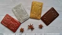 Игральные карты – одна из составляющих нашего набора «Деньги, карты, два ствола», которая, как в наборе, так и отдельно является отличным подарком себе или тому, кому вы его подарите .  Также возможен набор карт – джокер,  король, дама, валет, в каждую из которых мы добавим на ваше усмотрение свой наполнитель и сделаем разных цветов или одного цвета.  Выбирайте какой вариант понравится именно вам.  Шоколад: черный, молочный, белый, желтый, розовый, голубой, оливковый, оранжевый (или их сочетание).  Варианты наполнителей для шоколада:  Апельсиновые цукаты, Аромат грейпфрута, Аромат мяты, Без наполнителя, Ваш вариант сочетания (напишите в комментариях), Вяленая вишня, Вяленая клюква, Грецкий орех (в комментариях укажите цельный или дробленый), Лесной орех (в комментариях укажите цельный или дробленый), Желейные конфеты, Изюм, Какао, Кокосовая стружка, Курага, Миндаль (в комментариях укажите цельный или дробленый), Миндальные хлопья, Молотый черный перец, Кайенский перец, Порошок имбиря, Семечки подсолнуха, Семечки тыквы, Соль, Стреляющая карамель, Чернослив, Ягоды годжи, печенье орео, шоколадное драже M&M's, карамель дюшес, карамель барбарис.  Вес 33±5 грамм  Размер:8,8 см х 5,7 см.  Срок годности: С наполнителем — 3-4 недели, без наполнителя до 3 месяцев (при соблюдении условий хранения).  Условия хранения: хранить при температуре 18±3°C и влажности воздуха не более 75%