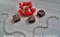 Шоколад: черный, молочный, белый (или их сочетание)  Варианты наполнителей для шоколада:  Апельсиновые цукаты, Аромат грейпфрута, Аромат мяты, Без наполнителя, Ваш вариант сочетания (напишите в комментариях), Вяленая вишня, Вяленая клюква, Грецкий орех (в комментариях укажите цельный или дробленый), Лесной орех (в комментариях укажите цельный или дробленый), Желейные конфеты, Изюм, Какао, Кокосовая стружка, Курага, Миндаль (в комментариях укажите цельный или дробленый), Миндальные хлопья, Молотый черный перец, Кайенский перец, Порошок имбиря, Семечки подсолнуха, Семечки тыквы, Соль, Стреляющая карамель, Чернослив, Ягоды годжи  Если желаете добавить одни или несколько наполнителей, напишите об этом в комментариях.  Вес 8 грамм  Размеры:23х23мм  Срок годности: С наполнителем — 3-4 недели, без наполнителя до 3 месяцев (при соблюдении условий хранения).  Условия хранения: хранить при температуре 18±3°C и влажности воздуха не более 75%