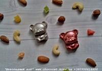 Шоколад: черный, молочный, белый (или их сочетание)  Варианты наполнителей для шоколада:  Апельсиновые цукаты, Аромат грейпфрута, Аромат мяты, Без наполнителя, Ваш вариант сочетания (напишите в комментариях), Вяленая вишня, Вяленая клюква, Грецкий орех (в комментариях укажите цельный или дробленый), Лесной орех (в комментариях укажите цельный или дробленый), Желейные конфеты, Изюм, Какао, Кокосовая стружка, Курага, Миндаль (в комментариях укажите цельный или дробленый), Миндальные хлопья, Молотый черный перец, Кайенский перец, Порошок имбиря, Семечки подсолнуха, Семечки тыквы, Соль, Стреляющая карамель, Чернослив, Ягоды годжи  Если желаете добавить одни или несколько наполнителей, напишите об этом в комментариях.  Вес 17±5 грамм  Размеры: 40х30мм  Срок годности: С наполнителем — 3-4 недели, без наполнителя до 3 месяцев (при соблюдении условий хранения).  Условия хранения: хранить при температуре 18±3°C и влажности воздуха не более 75%