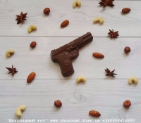 Шоколад: черный, молочный, белый (или их сочетание)  Варианты наполнителей для шоколада:  Апельсиновые цукаты, Аромат грейпфрута, Аромат мяты, Без наполнителя, Ваш вариант сочетания (напишите в комментариях), Вяленая вишня, Вяленая клюква, Грецкий орех (в комментариях укажите цельный или дробленый), Лесной орех (в комментариях укажите цельный или дробленый), Желейные конфеты, Изюм, Какао, Кокосовая стружка, Курага, Миндаль (в комментариях укажите цельный или дробленый), Миндальные хлопья, Молотый черный перец, Кайенский перец, Порошок имбиря, Семечки подсолнуха, Семечки тыквы, Соль, Стреляющая карамель, Чернослив, Ягоды годжи  Если желаете добавить одни или несколько наполнителей, напишите об этом в комментариях.  Вес 55±5 грамм  Размеры: 103х65мм  Срок годности: С наполнителем — 3-4 недели, без наполнителя до 3 месяцев (при соблюдении условий хранения).  Условия хранения: хранить при температуре 18±3°C и влажности воздуха не более 75%     Добавив товар в корзину, в комментариях к заказу укажите шоколад (черный, молочный, белый или их сочетание) и какой наполнитель, если нужно.