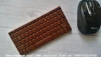Шоколад: черный, молочный, белый (или их сочетание)  Варианты наполнителей для шоколада:  Апельсиновые цукаты, Аромат грейпфрута, Аромат мяты, Без наполнителя, Ваш вариант сочетания (напишите в комментариях), Вяленая вишня, Вяленая клюква, Грецкий орех (в комментариях укажите цельный или дробленый), Лесной орех (в комментариях укажите цельный или дробленый), Желейные конфеты, Изюм, Какао, Кокосовая стружка, Курага, Миндаль (в комментариях укажите цельный или дробленый), Миндальные хлопья, Молотый черный перец, Кайенский перец, Порошок имбиря, Семечки подсолнуха, Семечки тыквы, Соль, Стреляющая карамель, Чернослив, Ягоды годжи  Если желаете добавить одни или несколько наполнителей, напишите об этом в комментариях.  Вес 85±5 грамм  Размеры: 150х70 мм. Срок годности: С наполнителем — 3-4 недели, без наполнителя до 3 месяцев (при соблюдении условий хранения). Условия хранения: хранить при температуре 18±3°C и влажности воздуха не более 75%