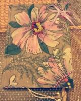Цветочный блокнот с цветными листами внутри и красивыми форзацами. Все листы прошиты и проклеены, плотность белых листов 80 г/м2, плотность цветных листов 120 г/м2. Обложка твердая из переплетного кар тона , ткани, ленты, обшита бисером. Есть закладка.