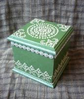 Скринька для прикрас в приємній весняній і стриманій кольоровій гамі. Орнамент імітує мозаїку древніх фресок. Простота і стильність – головні відмінності цієї скриньки. Шкатулка виконана в техніці декупаж з використанням акрилових фарб і лаку на водній основі. Матеріал – МДФ.