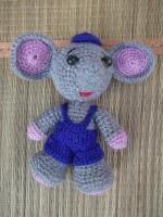 Слоник выполнен из полушерсянной пряжи, наполнитель-холофайбер. Прекрасная игрушка для детей, замечательный подарок ручной работы. В наличие есть слоник-девочка. При покупке пары предоставлю скидку 10%.