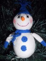 Наступає чудова пора року для дітвори, коли можна буде пограти в сніжки, а також зліпити снігового чоловічка.) Пропоную зробити своїм діткам, друзям, або ж знайомим чудовий передноворічний подарунок, який додасть настрою та позитиву на увесь наступний рік.  Іграшка в