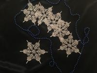 Сніжинка - чудовий та ніжний подарунок, який прикрасить святковий стіл, ялинку чи новорічну декорацію у Вашому домі. Даний виріб можна використовувати як підставки під чашки, що додасть романтичності та гармонії приємному спілкуванню під час святкового чаювання. Робота виконана гачком, використовувалася нитка «Alize forever», накрохмалена. Діаметр «Сніжинки» – 15 см.