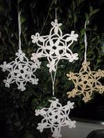 В'язані гачком сніжинки білі, срібні та золотаві. Накрохмалені . Для прикрашання новорічної ялинки, інтер'єрів  блокнотів, чашок, тощо.