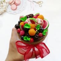 МАТЕРІАЛИ: скляна баночка з металевою кришкою, яка декорована різноманітними ягодами та морозиво з полімерної глини. Всі елементи покриті глянцевим лаком та вся композиція кріпиться на епоксидну смолу.   ОБ