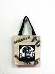 Одна из немногих уникальных сумок от украинского производителя Sumanya.  Ручная и художественная работа.  Она уникальна, такой больше нет. Размеры сумки: 50х90х7 (ШхВхГ). 100% Made IN Ukraine.
