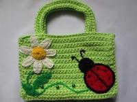 Яркая сумочка порадует любую маленькую модницу. Выполнена из качественной пряжи, поэтому ей не страшна даже стиральная машина.