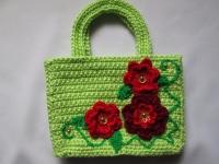 Яркая сумочка для девочки выполнена из качественной пряжи. Ваша модница сможет взять с собой на прогулку все самое необходимое