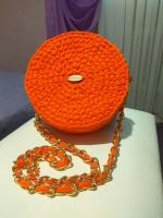 Оранжевая сумочка из трикотажной пряжи, очень яркая и красивая!  Сумочка на молнии.  Диаметром 20см  Ручка длиной 110 см  Для модниц которые любят себя радовать)