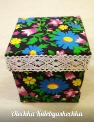 Сундучок для швейных мелочей. Удобная, практичная и красивая коробочка для швейных принадлежностей. Размер 100х100х100 мм. Наполнение (булавки, иголки, ножницы, метр, нитки)+50 грн В ассортименте. Под заказ.