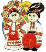 Керамический сувенир - ручная работа, изготовлено из высококачественной температуро-устойчивой белой глины. Вы только посмотрите на эту прекрасную парочку в вышиванках. Символ единения, достатка и благополучия. Скорее украсьте свой дом ярким сувениром. Все материалы натуральны и абсолютно безвредны для здоровья. Эксклюзивный сувенир от украинской художественно-керамической мастерской, пропитан вдохновением профессиональных художниц и призван дарить радость всем людям. Изделие можно применить в качестве декора для создания уюта и теплоты домашнего очага, ресторана, кафе. Для крепления на стену или другую поверхность предусмотрены отверстия. Все сувениры расписаны вручную украинскими мастерами. Отличный подарок и взрослым, и детям.  Больше керамики смотрите в нашем каталоге https://www.svoekolo.com.ua/assortiment/keramika/  и заказывайте с доставкой в ваш регион.