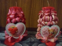 Свечи резные с валентинками- магнитиками. Ароматизированы розовым запахом.Свечи станут прекрасным сувениром для любимых на предстоящий праздник. Снесут позитив и хорошее настроение в ваш дом. свечи представлены в двух размерах: 14 см- 70 грн, 16 см- 85 грн