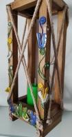 Ліхтар виготовлено з натуральної деревени, розмір 100х130х350 мм, кількість свічок - 1, ароматизована свічка у комплекті, відрізняється вишуканим дизайном, використовується в якості ефектного елементу  інтерьєру або екстерьєру.