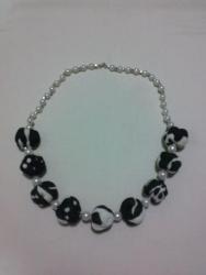 """Ожерелье сделано из """"сожмуренных"""" тканевых бусин, бисера и бусин. Длина-62см"""