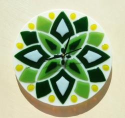 Часы настенные из цветного стекла. Техника исполнения фьюзинг.  Изделие выполнено в одном экземпляре. К часам прилагается кварцевый механизм.