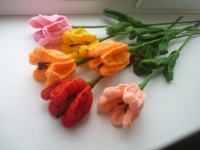 квіти вязані спицями прикрасять вашу оселю, принесуть радіть, весну, насолоду. кольори різні: жовті, рожеві, червоні.... Не зівянуть тадовго радуватимуть око господарів