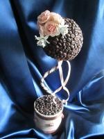 """Свадебный топиарий – маленькое сувенирное дерево для свадебного декора или подарка.  Свадебный топиарий """"Чайные розы"""", выполнен из зерен натурального кофе с элементами свадебного декора: атласные ленты, розы из холодного фарфора (ручная работа).   Такое свадебное деревце выглядит нежно, романтично,оригинально, и станет прекрасным подарком для виновников торжества. Топиарий очень красиво будет смотреться при оформлении праздничных столов. Высота: 30-36 см"""