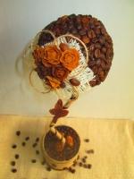 Оригинальный подарок на все случаи жизни и просто красивый сувенир ручной работы. Кофейный топиарий украшен цветами из холодного фарфора изготовленными вручную, джутовой нитью и льняной тканью. Стильный элемент украшения в офис, для рабочего стола. Топиарий подойдет для оформления кофеен или же подчеркнет интерьер Вашей кухни.  Ручная работа из натуральных материалов: кофейные зерна. Подготовьтесь к праздникам заранее! Принимаю заказы!  Возможна доставка в любой уголок Украины удобным для покупателя перевозчиком (за счет получателя). Смотрите другие мои предложения!