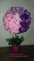 В работе использованы: пенопластовая заготовка, салекс,цветы гортензии розового,  розово-сиреневого и фиолетового цветов, флористическая зелень. Высота дерева - 32 см, крона — 18-19 см Пластиковое кашпо (высота - 6 см, диаметр - 7 см)