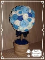 В работе использованы: шнур джутовый для декора ствола, головки роз из фоамирана 5 расцветок, темно-синий бант из огранзы, сизаль.  Высота дерева - 23 см, диаметр кроны - 11 см. Керамическое кашпо (высота - 6 см, диаметр - 7 см)