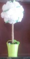 Топиарий служит прекрасным украшением любого интерьера, поднимает настроение . Каждый рад получить подобную поделку в подарок и украсить ею свой дом. Цветы не вянут и не сохнут. Они не нуждаются во влаге и солнечном свете. Их не нужно взращивать и укрывать от холода. Они – искусственные растения – цветы из бумаги. Ведерко металлическое. Цветы пушистые, композиция плотно составлена. Украшена камешками, помпончиками и бабочками.