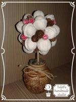 В работе использованы: грецкие орехи, окрашенные белой акриловой краской, ягоды в сахаре красные, шишки натуральные мини, шнур джутовый для декора, камешки мелкие серые.  Высота дерева - 20-21 см, диаметр кроны - 10 см. Керамическое кашпо (высота - 8 см, диаметр - 4 см)