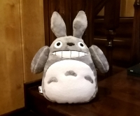 """Тоторо - дух-хранитель леса, родом из Японии. Поклонники аниме-фильмов очень хорошо с ним знакомы. Он известен в мире так же как Винни-Пух. Его милая мордаха не оставляет равнодушным никого, а если он еще и в виде мягкой игрушки из флиса, которую можно тискать, обнимать и класть с собой в кроватку.. :). Тоторо - это """"смесь"""" нескольких животных: тануки (енотовидной собаки), кошки и совы. Ваш ребенок будет очень рад такому подарку. Размер 20см (с ушами 25см), ширина пузика 16см. Цвет синий, пузико - голубое. Можно стирать в стиральной машине. Материал - велсофт, наполнитель - холлофайбер.   Срок изготовления - 1-2 дня. Оплата на карту. Вышлю новой почтой или укрпочтой в любой город Украины."""