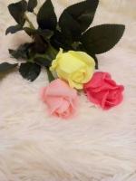 Мильні букети та набори  Чудовий подарунок який можна зробити кожному і на різноманітні святкування!  Пахучі та красиві кольорові квіти і навіть фрукти, все що забажаєте можна зробити з мила. Адже я пропоную також букети та набори на замовлення!     А все що бачите на фото є в наявності!  Довжина троянд 60 см одна троянда коштує 70 грн